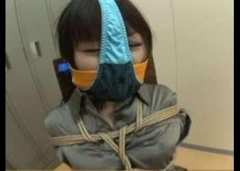 変質者に緊縛されたOLが顔にパンツを被せられて放置されるwww