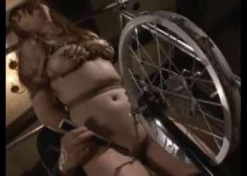 緊縛された美少女が回転コブ縄と電マのクリ責めで悶え苦しむwww