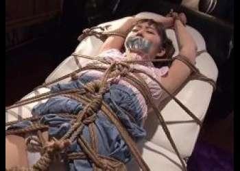 全身全身をガチガチに拘束されたロリ美少女がくすぐり拷問に悶える苦しむ