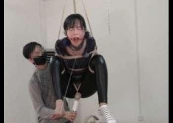恥ずかしい格好で宙吊り拘束された美女がマンコに電マ固定で放置されちゃうwww