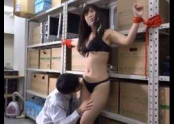 産業スパイの女が下着姿に引ん剝かれて磔拘束で見世物にされるwww