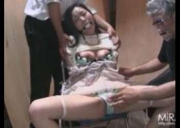 椅子に拘束されたお姉さんが丸出しのマンコを甚振られるwww