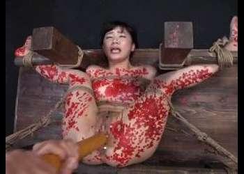 星川麻紀 マングリ拘束で蝋燭責めされマンコを串刺しレイプされる動画