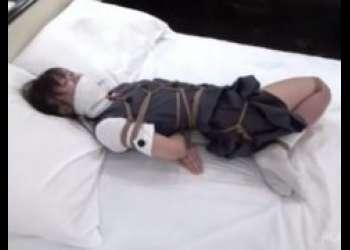 緊縛された制服JKがベッドで身動きを取れずに必死に身体を捻じって苦しむwww