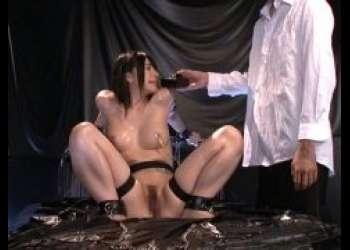 上原亜衣 美少女が開脚ポーズで拘束されマンコに電流責めされる動画