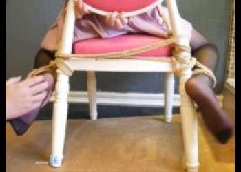 椅子に拘束されたセーラー服少女が足裏を擽られて悶え苦しむwww