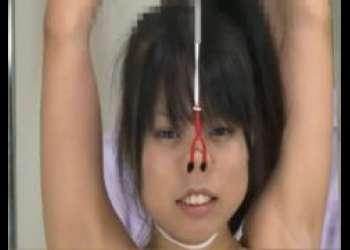 拘束されたスク水JKが鼻フックと開口具でブサイク顔を晒しながらくすぐり責めに悶絶しちゃうwww