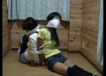 小部屋に監禁されたロリ美少女2人組が逃げようと必死に悶える