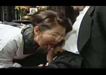 許されない身体的関係。花嫁の葬儀の直後に義理の娘を抱く