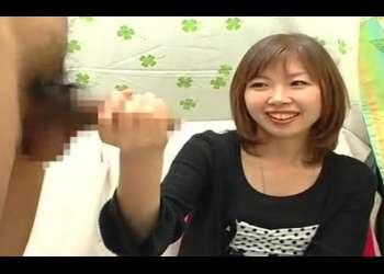 赤面手コキ!23歳の介護士してる美人おねえさん♡しっかりちんちん握って手コキ!射精するまで優しくシコシコしてくれる!
