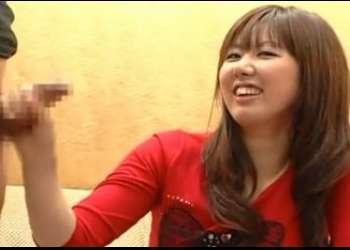 かわいい素人娘が赤面手コキ!「大きくなーれ♪」チ●チン応援しながら手コキするショップ店員も大量射精に驚き!!