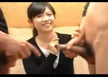 CFNM赤面手コキ かわいい素人が2本のチ○コに挟まれ恥じらいのリアクションもかわいいうぶ手コキ♥