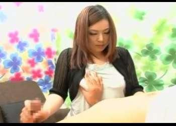 素人の赤面手コキ!22才のOLさんがおっぱい吸われながら手コキでザーメン発射をお手伝い♡乳首を舐められて微妙に感じてる…?