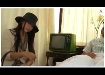 【ヘンリー塚本+本真ゆり】旦那が入院中のセクシー奥さまです!父親が家に来てチンポコを挿入してしまいます。