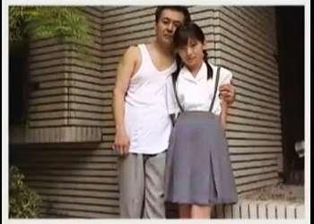【宮地奈々+徳田重夫】なんと背徳的な可愛いロリータ美少女とおっさんの禁断的な愛です!老人がおしっこを飲みます。