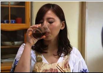 【江上しほ】ビールを飲んで赤くなった息子嫁が愛らしくてもう我慢できません!チンポコが勃起した義父が迫って来ます。