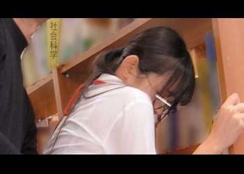 【レイプ】美人司書が図書館で犯される!抵抗できない美女を本棚の陰で無理やり挿入!