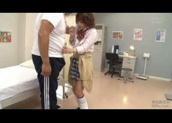 【麻里梨夏】キモ男先生に性奴隷扱いされる茶髪ショートカットヘア美少女ギャルJKに無理やりフェラ抜きさせてるJKレイプ