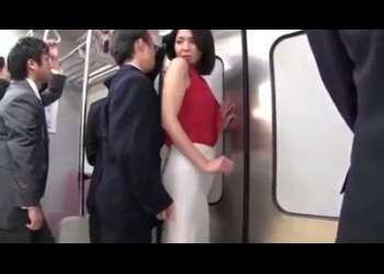 【痴漢着衣ぶっかけ】ノースリーブ巨乳なタイトスカートセレブ美熟女のピッチリスカート尻にぶっかけ