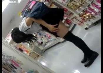 ロリ女子校生のミニスカ制服とニーハイの絶対領域にムラムラ!スカートをめくり撮り!