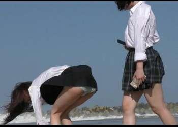 海辺で水遊びする女子校生が強風に煽られてパンチラ♡濡れた制服から透けブラ♡まる見え♡