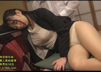 居眠り中の爆乳お姉さんがスーツを着衣のままパンストを破いてチンポをぶち込まれる