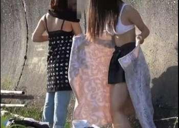野外でガチで生着替えする制服女子校生たちを隠し撮りして覗き見
