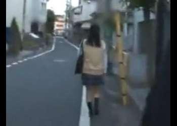 1人で歩く美少女制服女子校生をトイレで犯しまくり中出しする強姦魔!