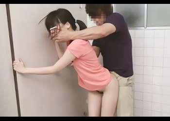 ランニングしている激カワ女子大生を狙う鬼畜男、道を聞くふりをして公衆トイレに連れ込み激ピストンレ○プ!フィニッシュは大量顔射!!