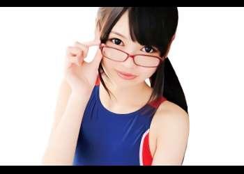【跡美しゅり】貧乳スレンダーの激カワ美少女が「メガネ、スク水、パンスト」着衣のコスプレ姿で2本の肉棒を咥え込む激ピストン3Pセックス!