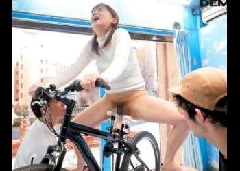 【マジックミラー号】アクメ自転車でビッチャビチャになった人妻マ○コを即ハメされる!