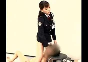 【女性看守】悪ガキを収容している刑罰房でオナニーを始めた悪ガキを拘束!女性刑務官のお仕置き顔騎!