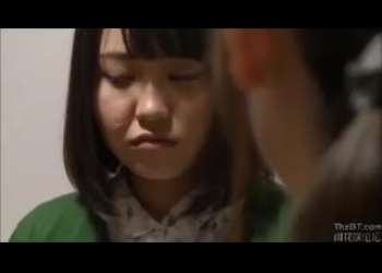 【ヘンリー塚本】新しい父親のセクハラにも母のために耐えた可愛い娘が夜這い襲撃で無理やりの初めてを奪われる!
