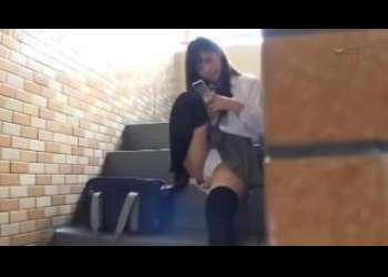 【痴女生徒】制服スカートから輝く純白パンティを見せつけながら階段を登るニーハイ女学生に目が釘付け!