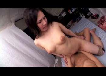 【素人】黒髪ロングの巨乳パイの美人JDが男の上で細い腰をグラインドしながら男根を挿入された膣で締め上げる!
