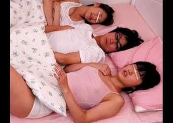 【近親相姦】美人姉妹と3人で仲良く寝ているベッドでフザケ半分にイチャイチャしてたらスリップ事故挿入!