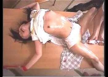 【小柄天使】親とはぐれた幼い娘を狙う変質者!監禁された手つかずのチビマンをオトナちんぽで陵辱する!