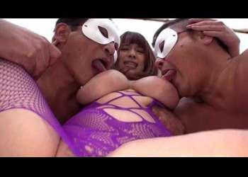 【乱交】デカ尻に顔を埋めて激しく舐めまわすスケベオヤジたちと爆乳美女の中出しオフパコ会!