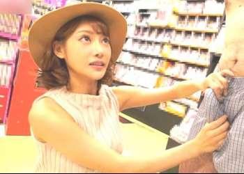 【ドッキリ】大人気女優の明日香キララがAVコーナーに潜伏!インタビュー中のお客さんの背後からドッキリを仕掛ける!