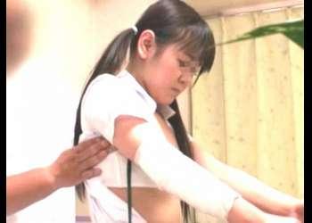 【女学生】胸の膨らみが目立ってきた成長途中の幼い身体を鬼畜整体師が陵辱シていく!強制痴漢性奉仕!