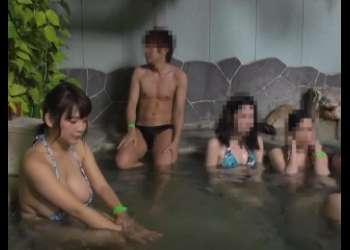 水着着用にお露天風呂で男性の胃勃起したちんこを見つけてしまい興奮しちゃうおんな