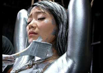 玉城マイ 銀粉を塗ったくり、さらに縛り上げた至極のマニアック作品【1】銀粉塗りたくり段取りモードをどうぞ