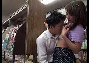男子学生にエロ本見せつけイケない人妻☆尻に擦りつけビン勃ちになったチンポにバレないように大人の女のカラダたっぷり教えこみ