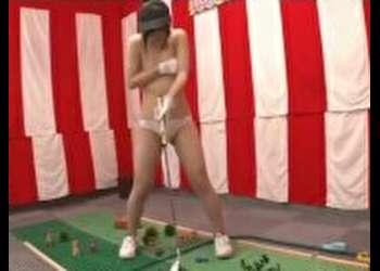 パターゴルフ野球拳!【2】見事カップイン出来たら高額賞金ゲット!しかし、1打失敗するごとに1枚服を脱ぐのがルール!