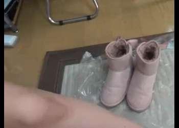【臭いフェチ】「うぅ、たまらない匂いですね」童顔美少女の靴と生足の匂いを嗅ぎ興奮する変態男!【足裏】