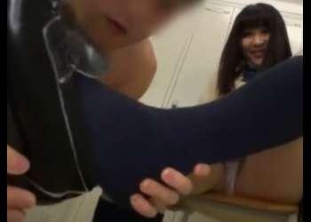 【紺ソ】「いやぁあ、どんな匂いするの?」ムチムチ制服JKの蒸れた紺ソ足でM男のチンポを足コキ責め!【ローファー】