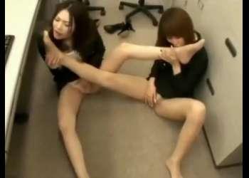 【足フェチ】「私も舐めたくなっちゃった」美脚OL達がオフィスでお互いの蒸れた足を濃厚に舐め合う!【レズ】