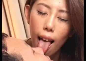 【舐めフェチ】谷間がエロいお姉さんがM男の顔面を長くてエロいベロで激しくイヤらしく舐め回す!