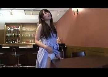 ロングヘアーでワンピースが似合う清楚なお姉さんがお店のテーブルの角で性器をあてオナニーしてしまい性欲を満たす