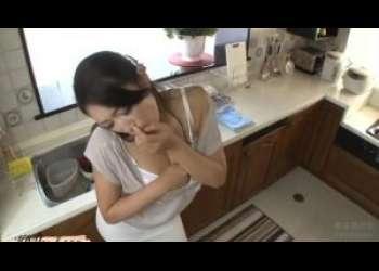 もぉ〜美熟女が我慢できずにキッチンで激しいオナニーに耽ってしまう人妻★